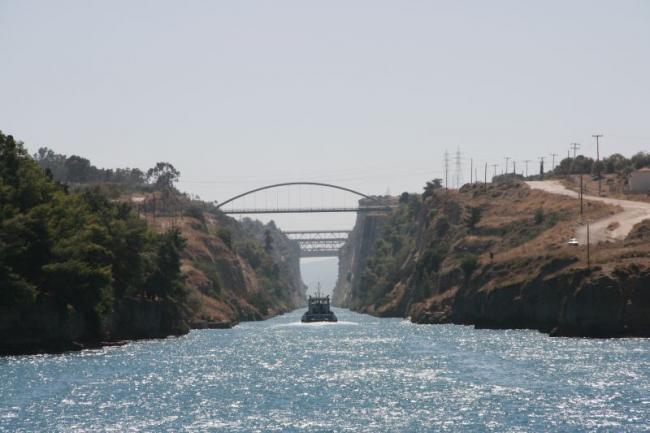 Проход через Коринфский канал