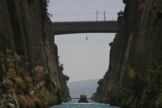 Extreme jumping in the Corinth channel